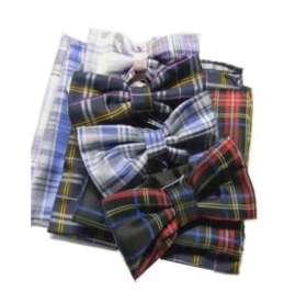 46c512a888 Abbinata cravatta a farfalla papillon blu seta e pochette a quadri marrone  grigi